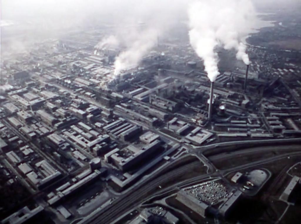 Filmfoto: Luftaufnahme der Karbidfabrik