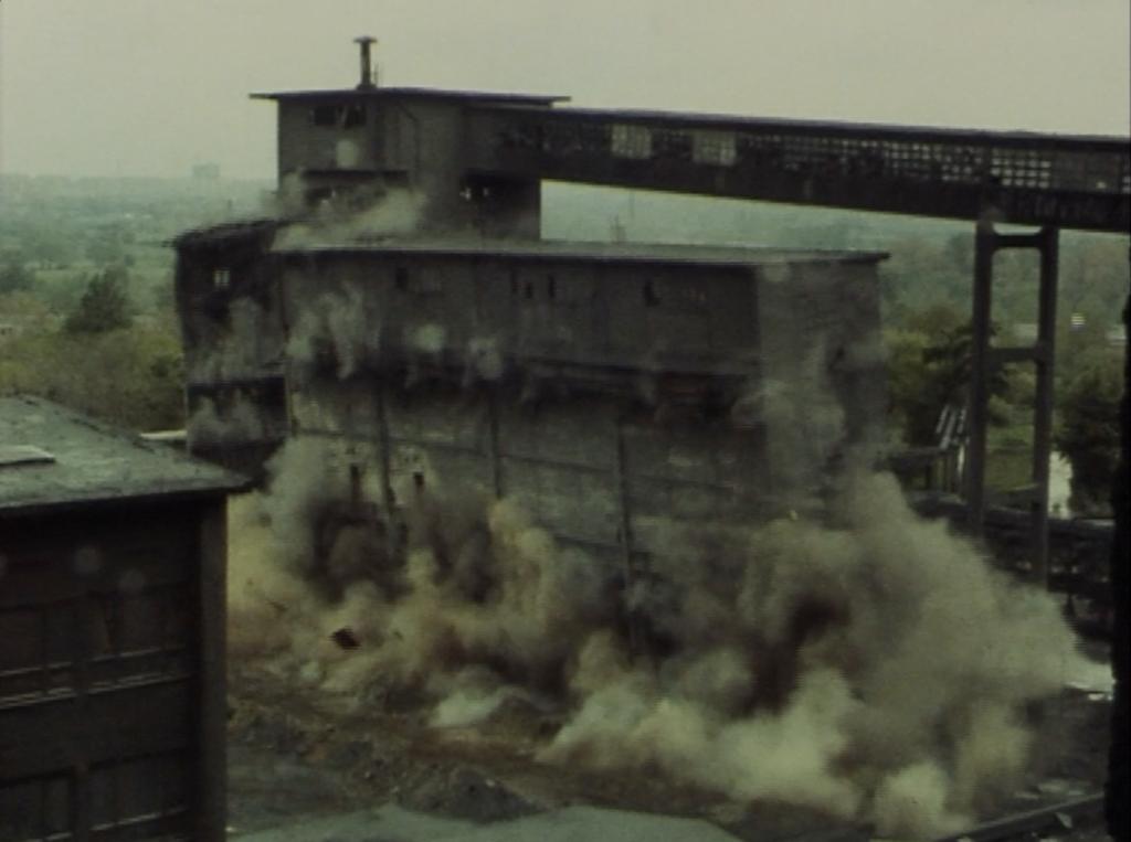 Filmfoto: Sprengung der Fabrik