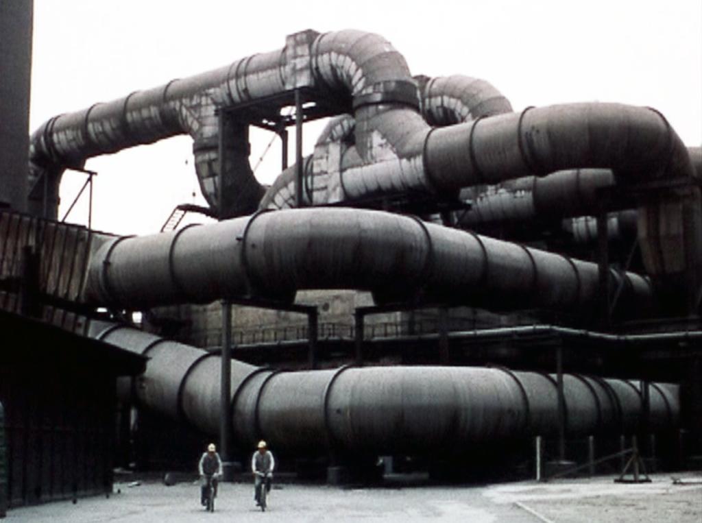 Filmfoto: Rohrverlegungen in der Karbidfabrik