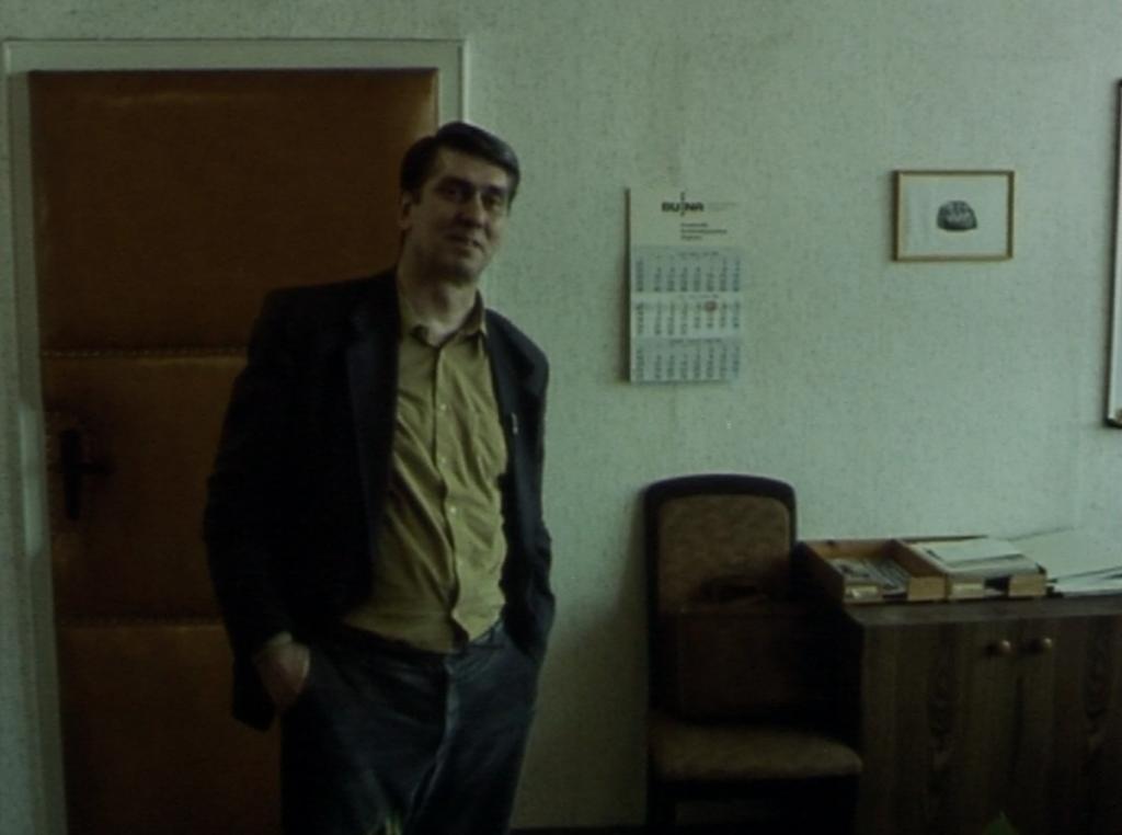 Filmfoto: Der Abteilungsleiter beim Interview