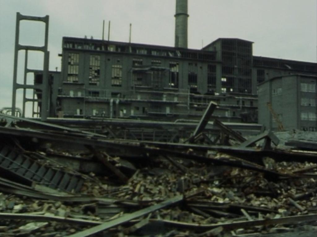 Filmfoto: Die Ruine der Buna-Werke in Halle