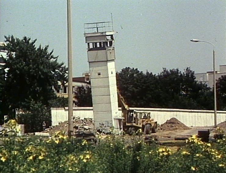 Komm in den Garten (1990): Umstürzender Wachturm im ehemaligen Grenzgebiet (Foto: Michael Lösche, DEFA-Stiftung)