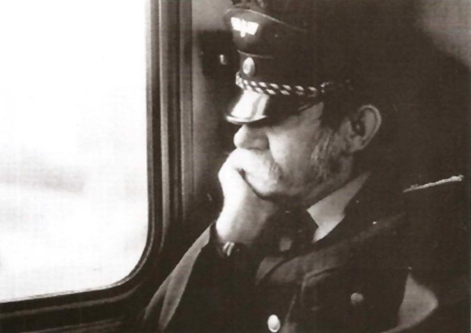 Bahnangestellter im Zug sitzend (Foto aus dem Katalog zum 50. Geburtstag von Heinz Brinkmann)